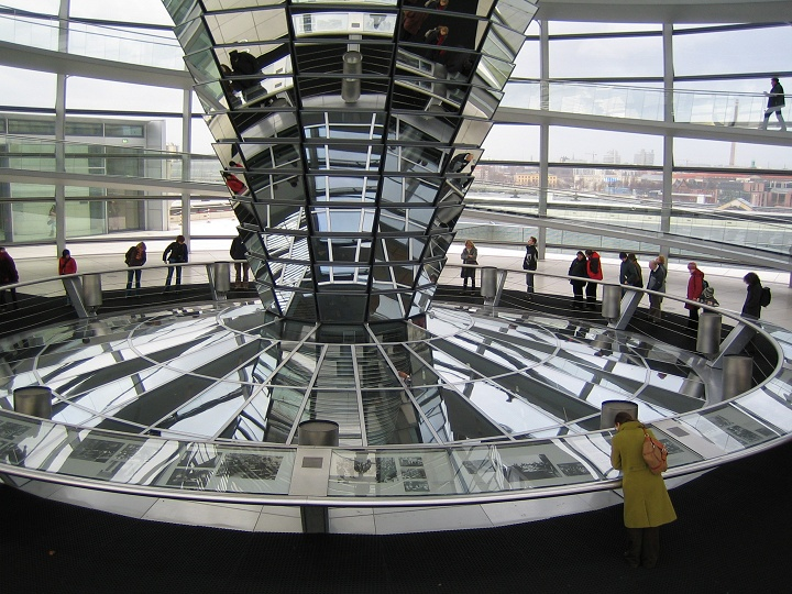 La coupole du Reichstag (Renzo Piano) est une attraction touristique (photo S Bertko 2006)